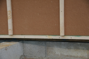 Bas des panneaux pare-pluie : liteau de 27x40mm & grillage anti-rongeurs