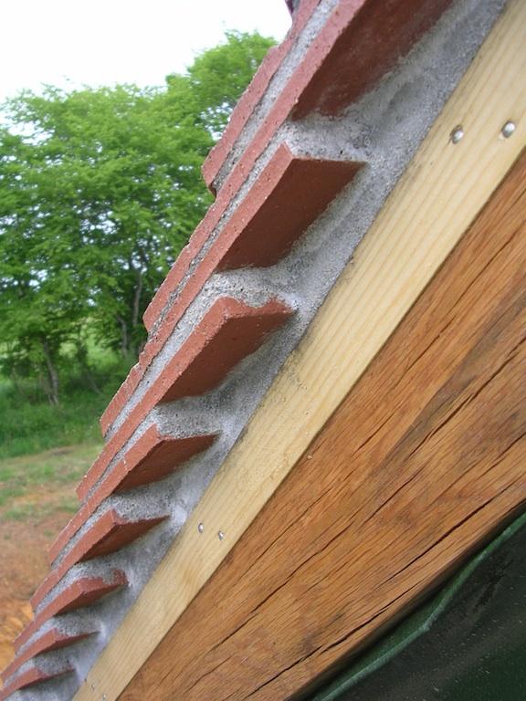 Rives en petites tuiles plates maison poyaudine for Poser des tuiles sur un toit