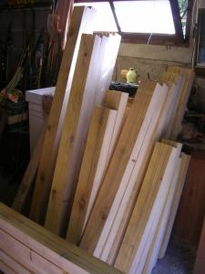 Les cadres de fenêtres pour le bardage, en cours d'usinage