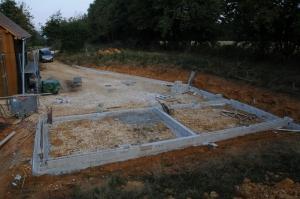 Les fondations de la grange et du mur de soutènement