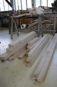 """Nos menuiseries """"en kit"""" : les pièces de bois viennent d'être débitées."""