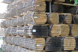 La matière de base : du bois d'arbre ;-). Notre menuisier achète les arbres sur pied et scie les grumes dans leur atelier.