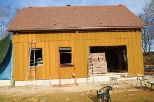 Façade Sud terminée... on aperçoit la deuxième couche de peinture en cours d'application.