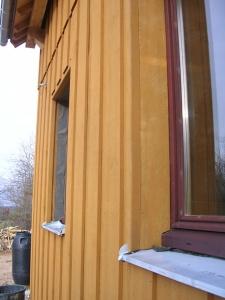 Avec la pose de la lame de bardage, le tableau de fenêtre est terminé ! Il en reste qu'à enlever le film protecteur de la tôle inox...