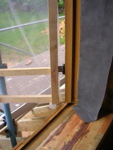 Ossature avant la pose des appuis de fenêtres ; on aperçoit l'épaisseur du bardage (en bas) ainsi que le coin de bardage (sur le côté)