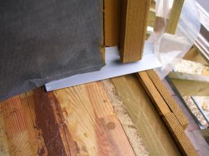 Pose de l'équerre sur laquelle va reposer l'appui de fenêtre