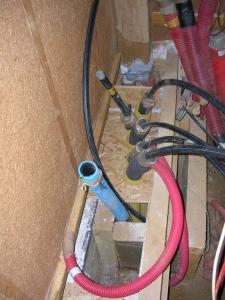 Le bazar des tuyaux d'eau à organiser... On paperçoit les gaines électriques.