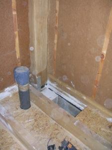 Dernier trou sur le vide sanitaire : ça souffle fort ! (OK, c'est un jour de vent, mais ça veut dire que l'aération fonctionne...)