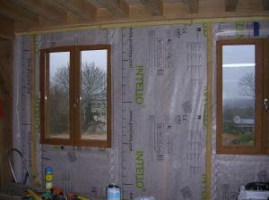 Ensuite nous fixons le tasseau de haut sur le plafond, comme une tringle à rideau