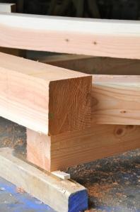 Calage des différentes pièces ; ici, intersections entre le poteau, le blochet et l'arbalétrier. On aperçoit le lien de l'entrait en arrière plan.