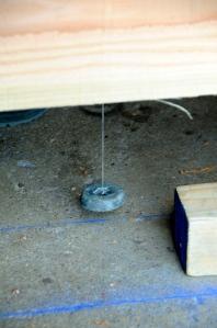 Calage des pièces selon le tracé, au fil à plomb