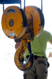Un bon palan nous aide à soulever les grosses pièces de charpente