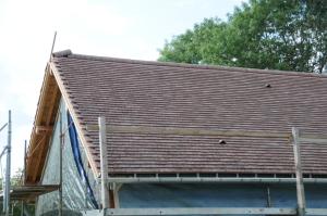 La toiture est presque terminée : il ne reste que les rives