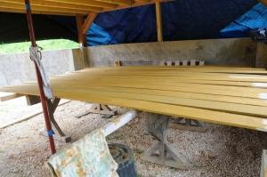 Peinture des planches de bardage, à l'abri sous la grange