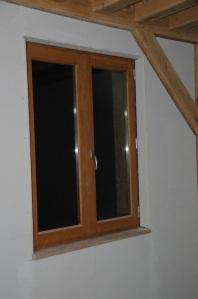 Le tour de la fenêtre est posé ; on aperçoit la tablette en chêne