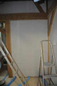 La cloison escalier - salle de bains préparée, prête au rebouchage.