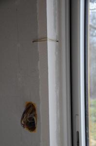 Pose des baguettes d'angle avec l'élastique