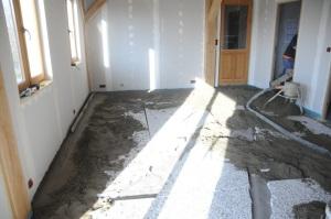 La grande pièce en chantier... A remarquer le premier appui à gauche, déjà de niveau !