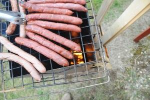 On aperçoit la flamme horizontale tout en bas du barbecue